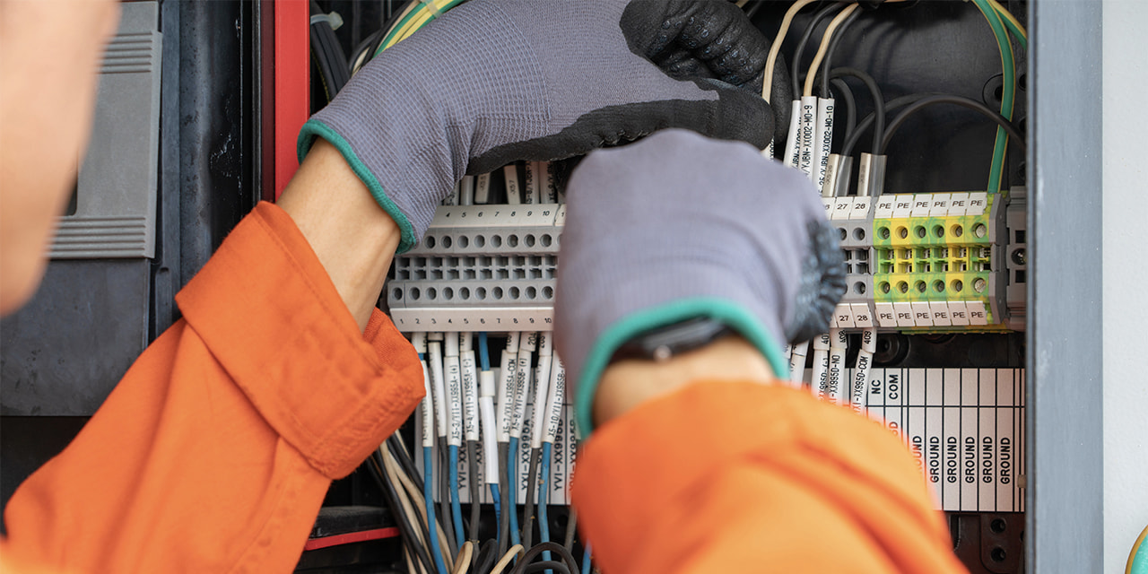 denatec-electrical-and-instrument-technician-wiring-cable-at-terminal-and-junction-box-an-oil-rig-worker